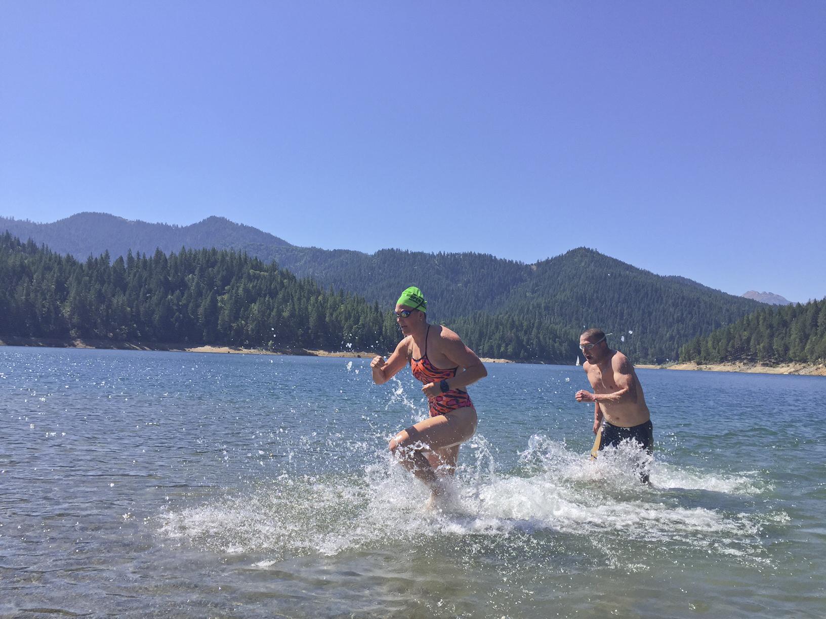 Matt Miller (RVM) is chasing Lisa Gibson (NIKE) in the 500m pursuit relay